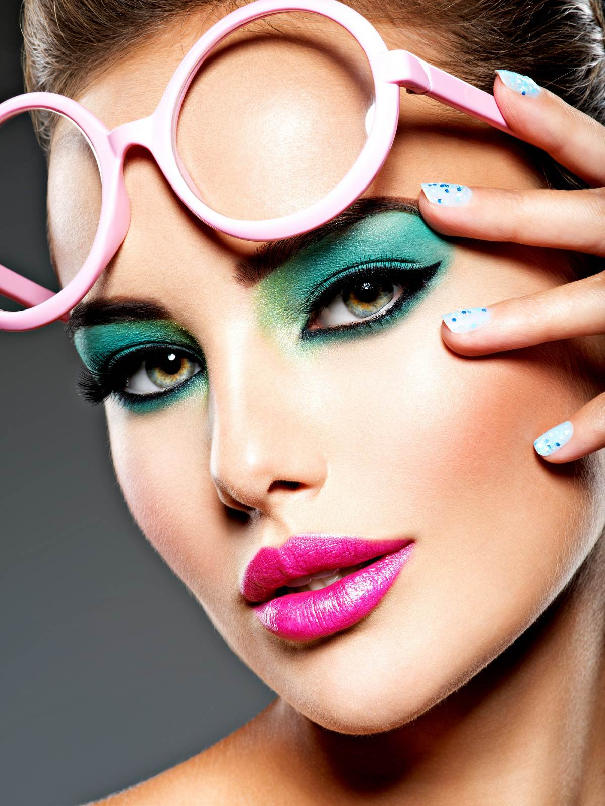 vivid-make-up-eyes-pink-glasses