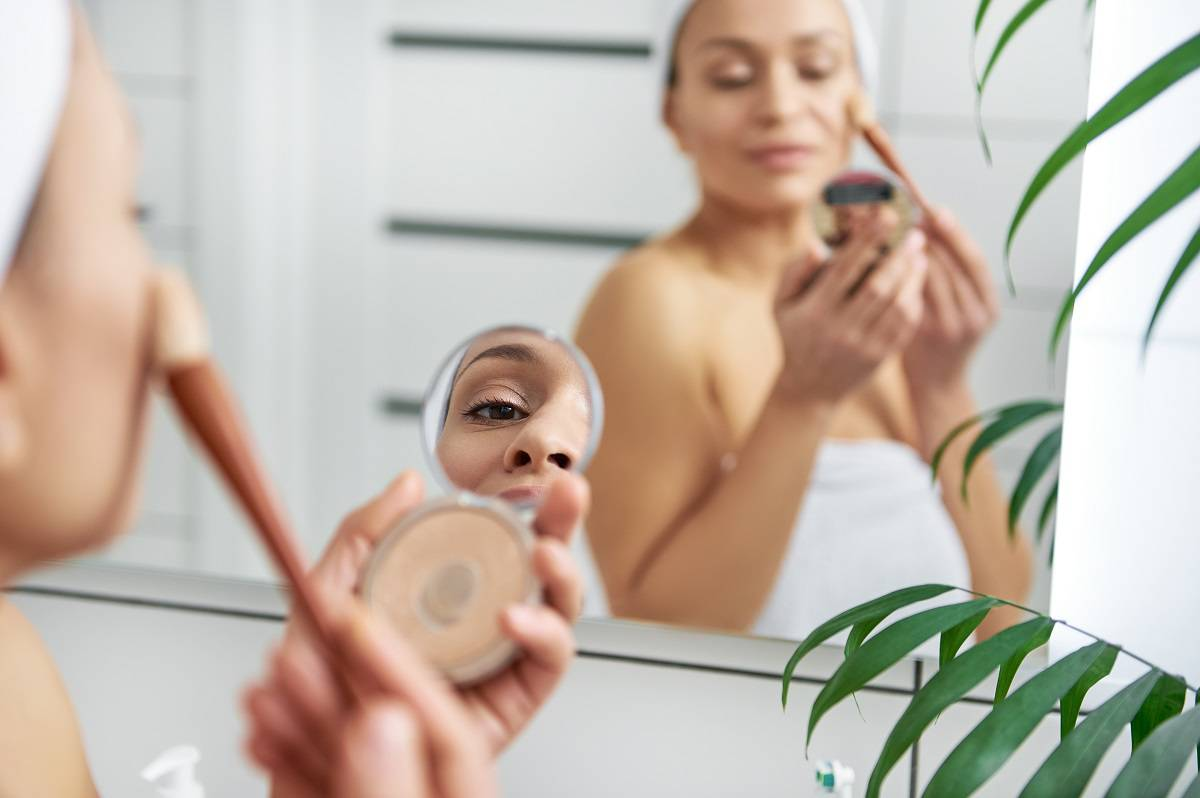woman-applying-highlighter