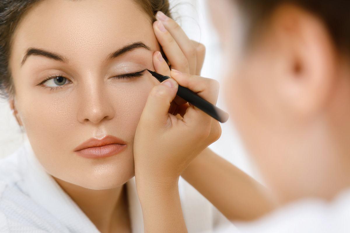 woman-is-applying-eyeliner